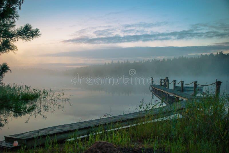在湖的日出在芬兰在夏天` s末端 免版税库存照片