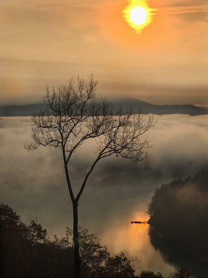 在湖的日出有码头的 免版税库存照片