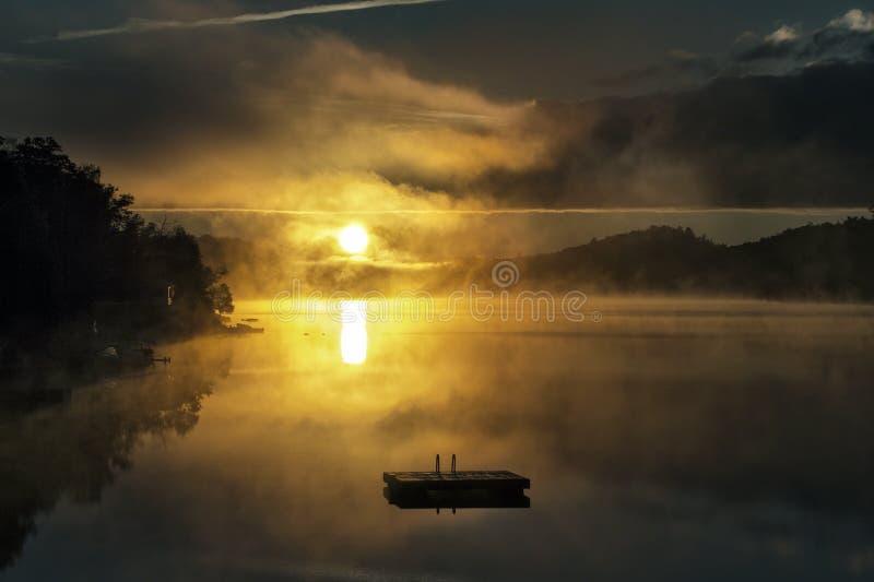 在湖的日出 免版税库存照片