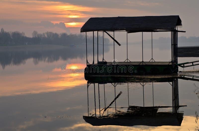 在湖的日落反映 免版税库存照片