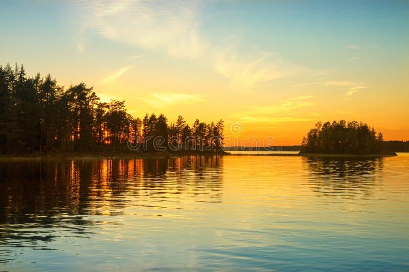 在湖的日落在挪威 不眠夜 免版税库存照片
