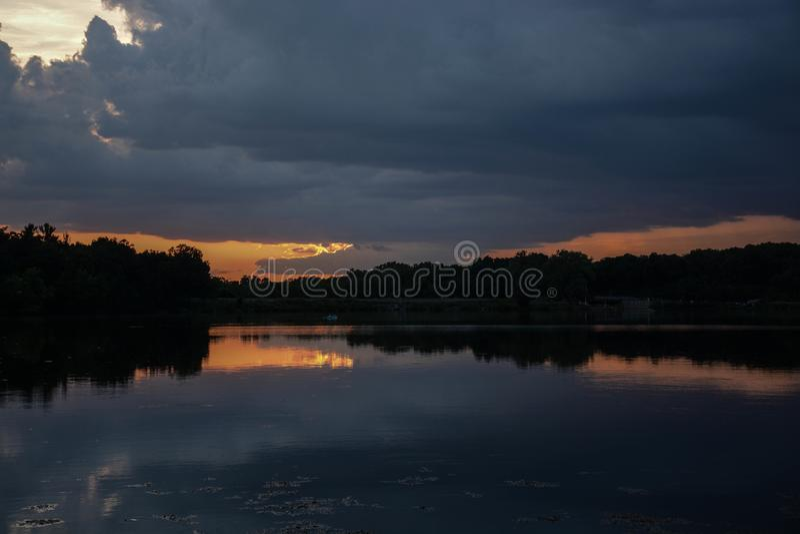 在湖的日落岩石裁减国家公园的 库存图片