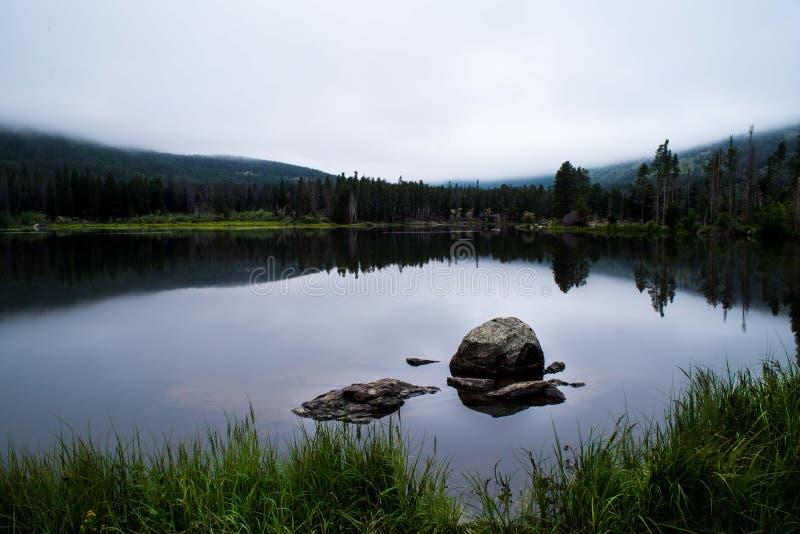 在湖的早晨反射 免版税库存照片