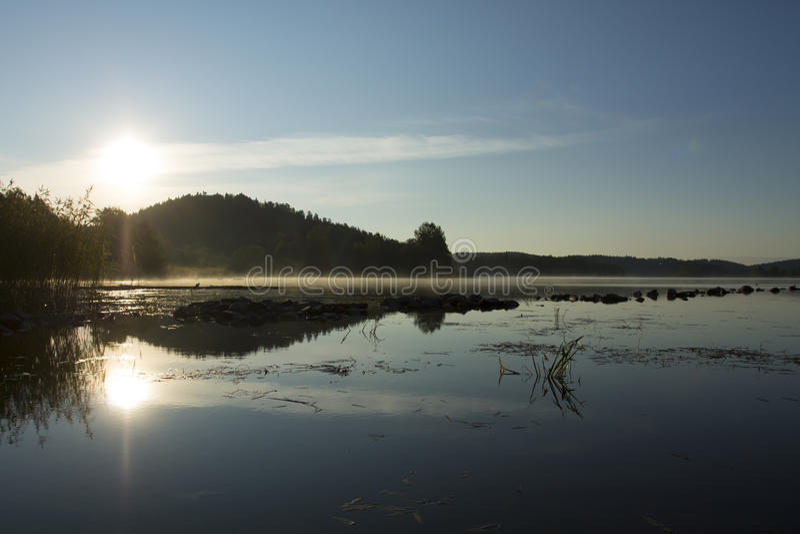 在湖的早晨薄雾 库存照片