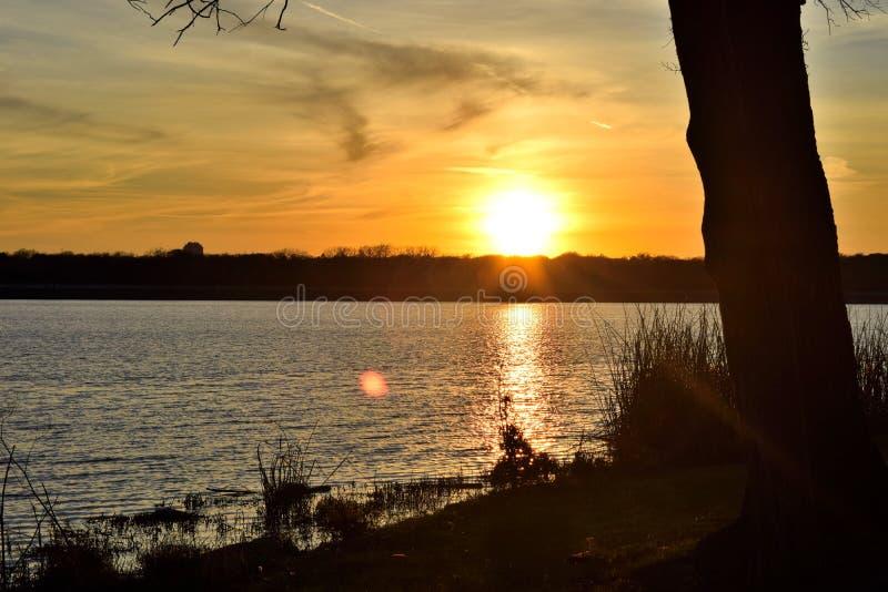 在湖的晚上日落 免版税库存图片