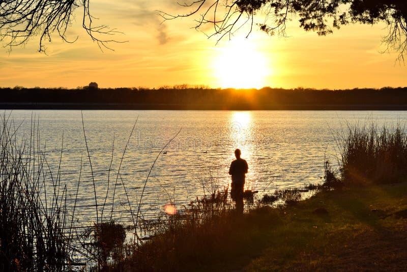 在湖的晚上日落 免版税图库摄影