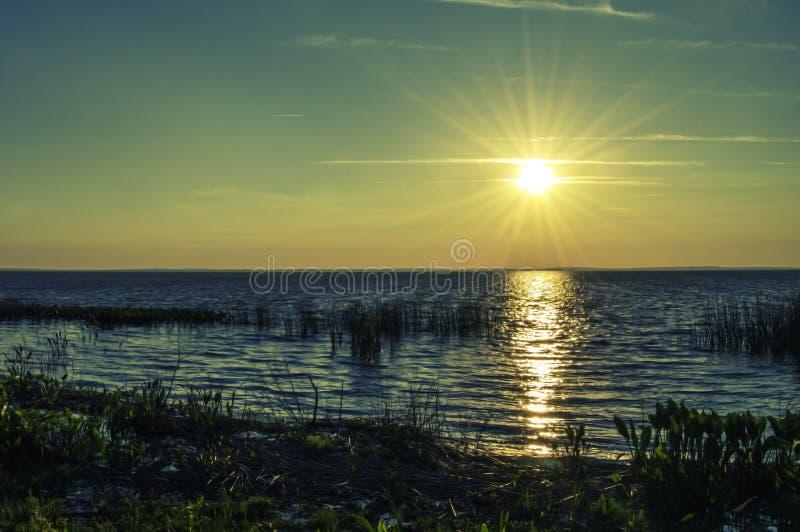 在湖的晚天太阳 免版税库存照片