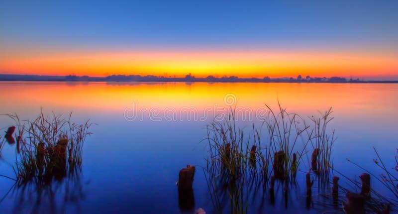 在湖的有薄雾的日出 免版税图库摄影