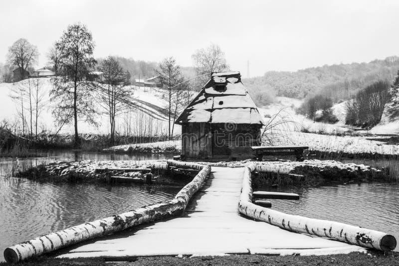 在湖的木水车 免版税图库摄影