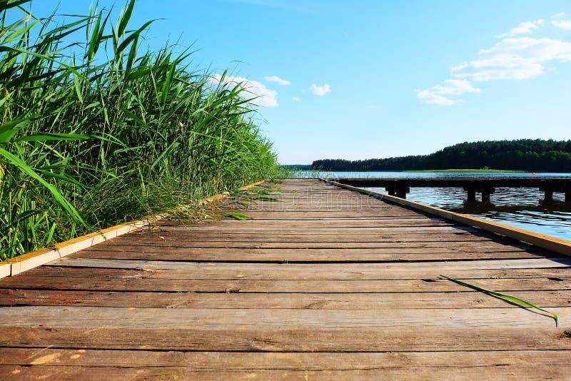 在湖的桥梁 免版税库存照片