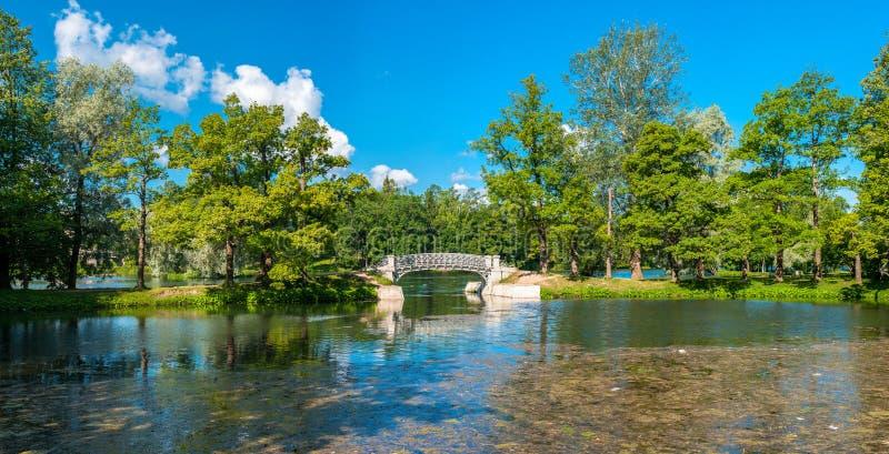 在湖的桥梁 免版税库存图片