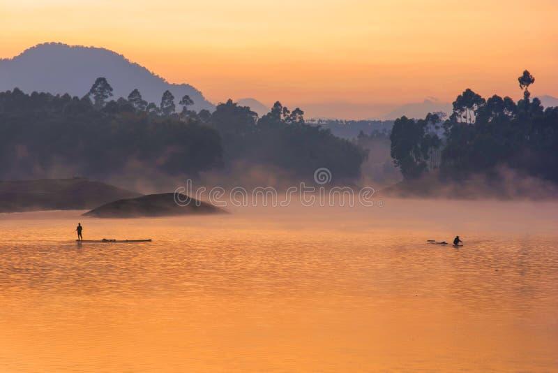 在湖的橙色天空 库存图片