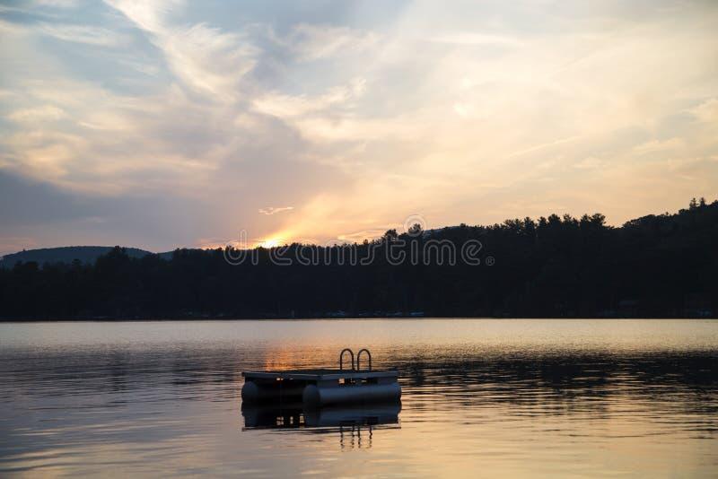 在湖的游泳平台 免版税库存图片