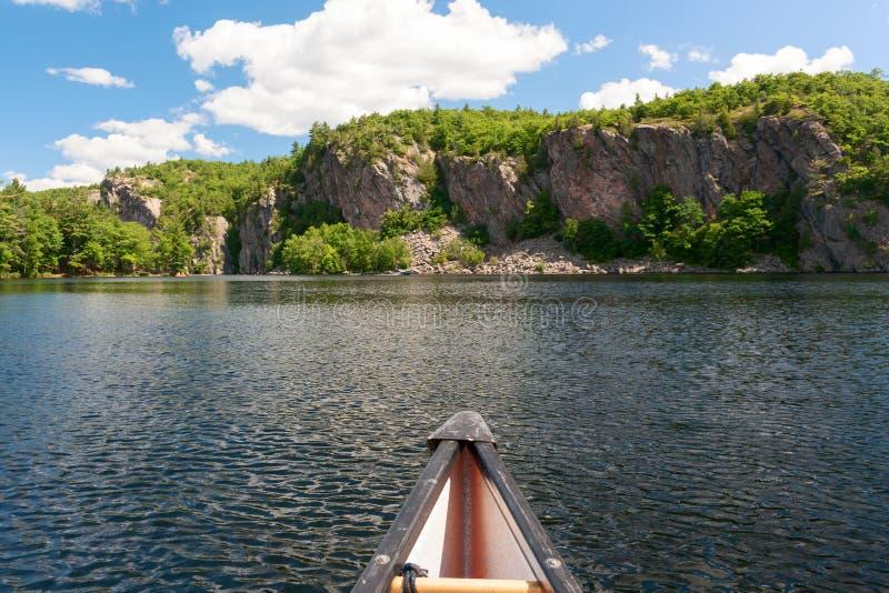 在湖的独木舟前面 免版税库存照片