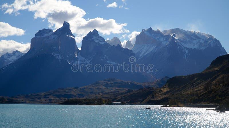 在湖的看法往山在托里斯del潘恩,智利 库存图片