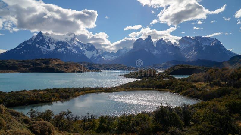 在湖的看法往山在托里斯del潘恩,智利 免版税库存照片