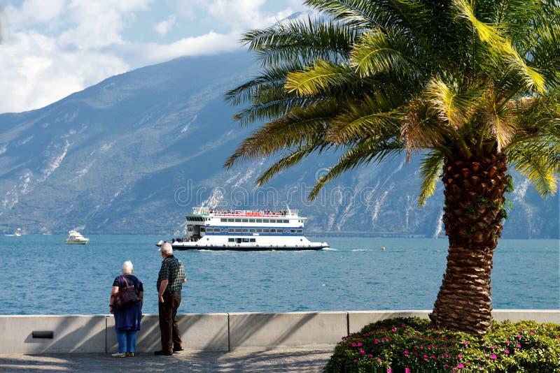 在湖的看法从Limone,意大利的岸边 免版税库存图片
