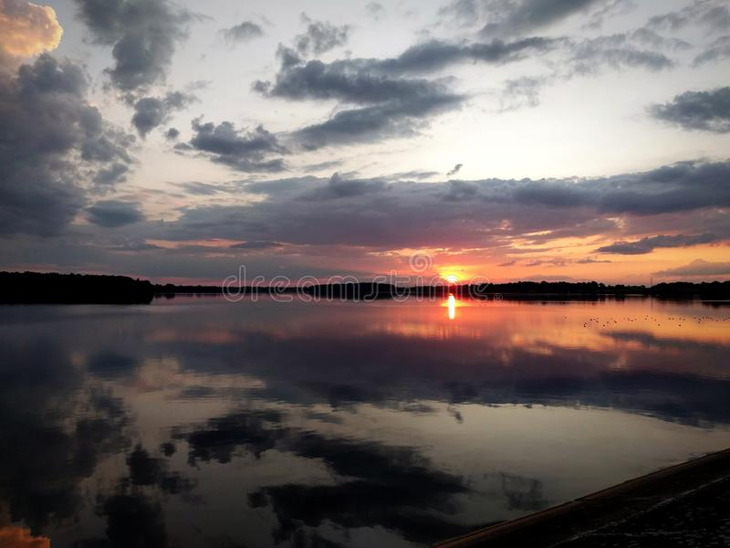 在湖的神奇日落天空 免版税图库摄影