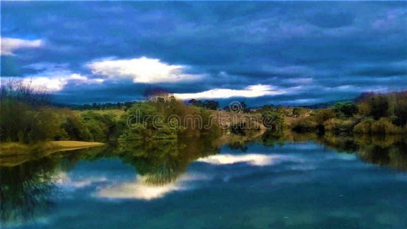 在湖的美好的反射 库存照片
