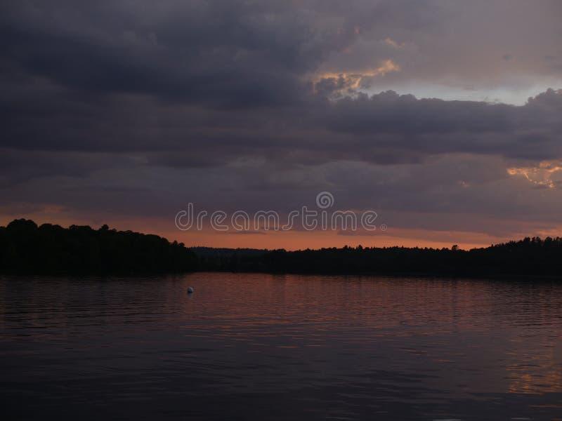 在湖的美好的日落 免版税图库摄影