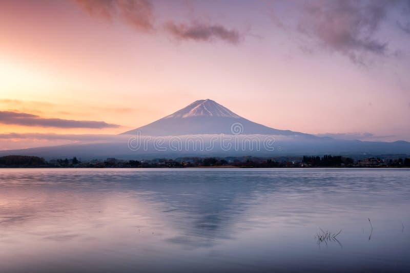 在湖的美好的火山富士山反射在Kawag的黎明的 库存照片