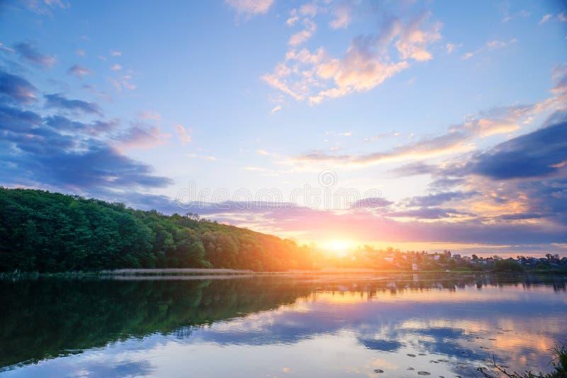 在湖的美妙的日落 免版税库存照片