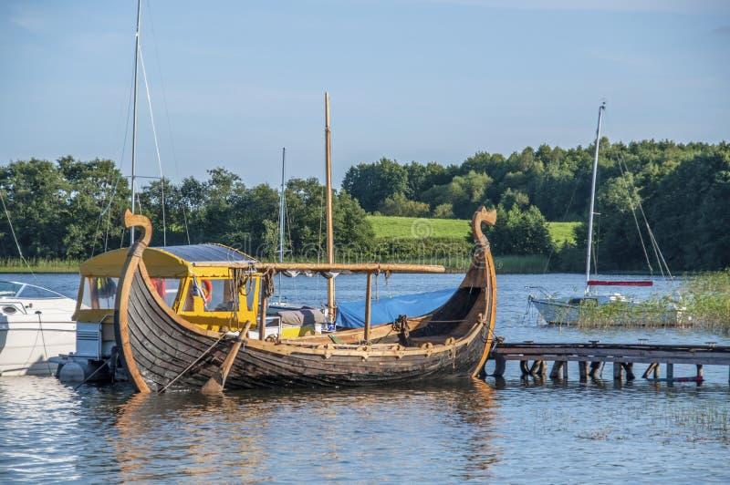 在湖的老北欧海盗船 免版税库存照片