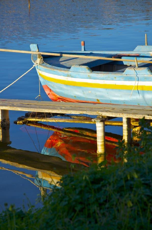 在湖的老小船 免版税库存照片