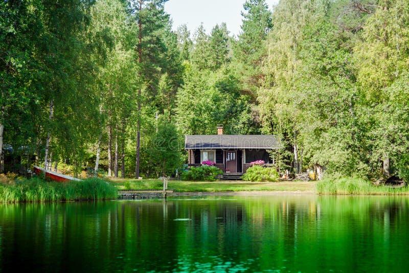 在湖的老芬兰夏天村庄 免版税库存照片