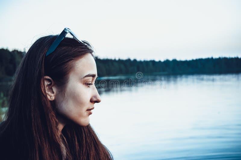 在湖的背景的女性外形 库存照片