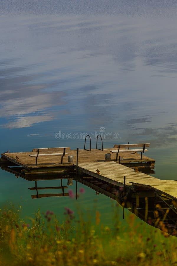 在湖的舒适木码头 免版税库存图片