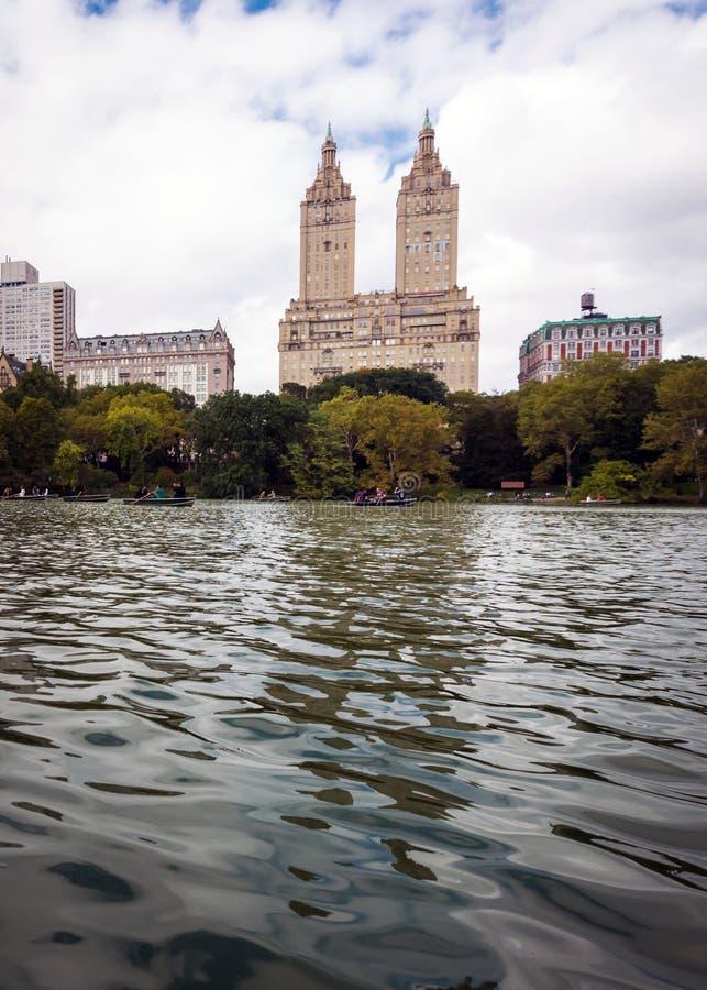 在湖的船民在中央公园,纽约 图库摄影