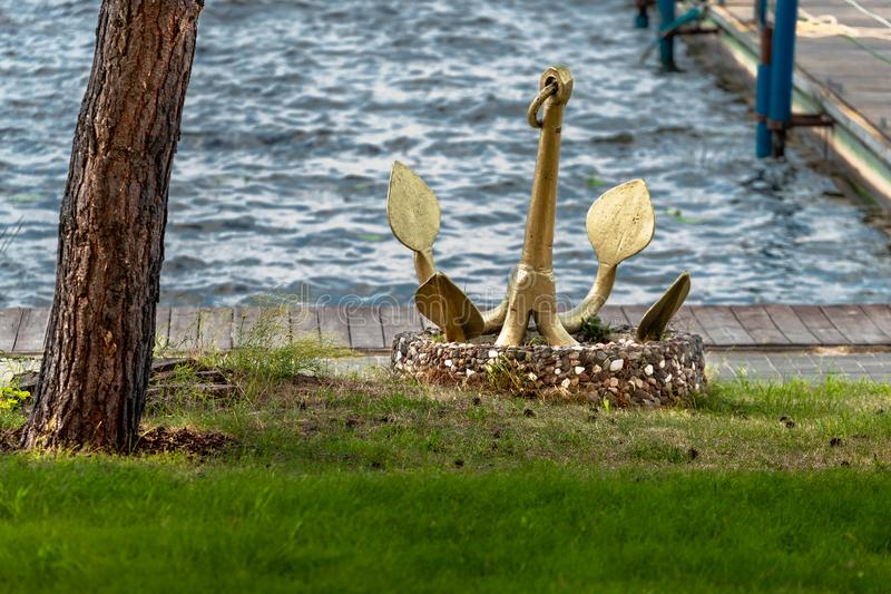 在湖的船锚 库存照片