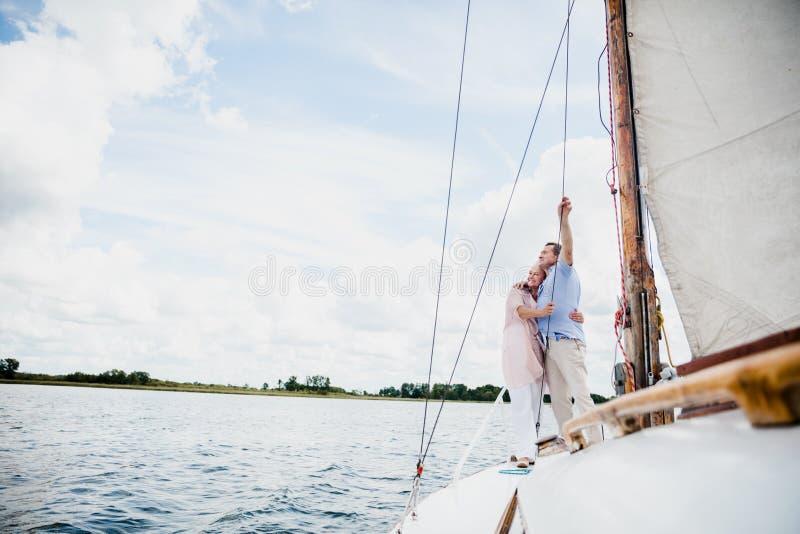 在湖的退休的婚姻航行 库存图片
