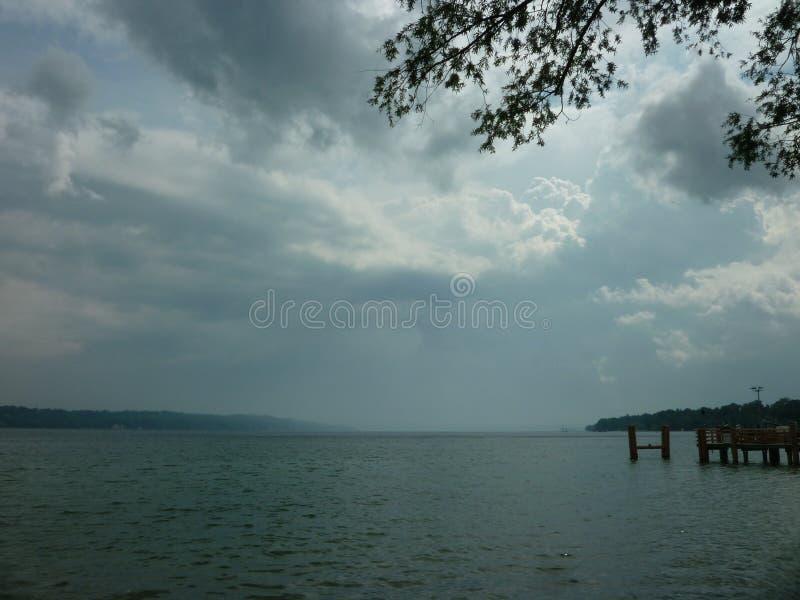在湖的风暴日 免版税库存照片