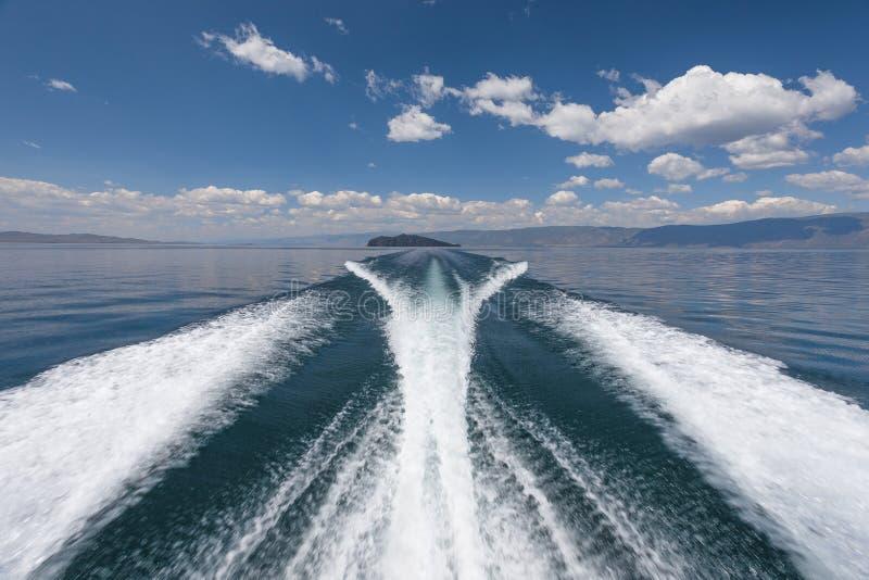 在湖的高速小船 库存图片