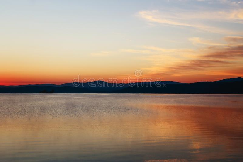 在湖的黎明前小时 免版税库存图片