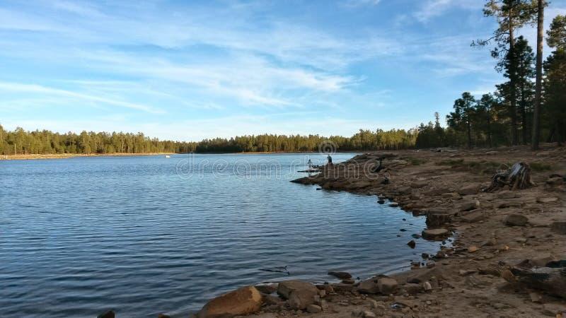 在湖的黄昏 免版税库存照片