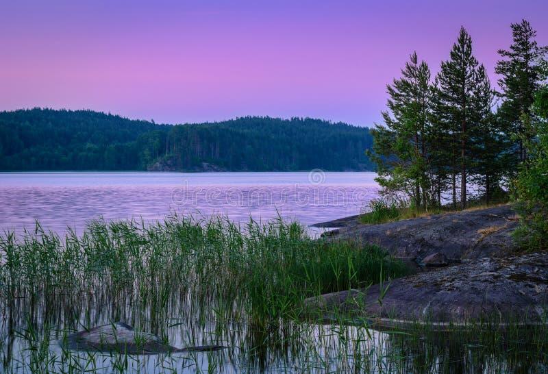 在湖的紫罗兰色日落 图库摄影