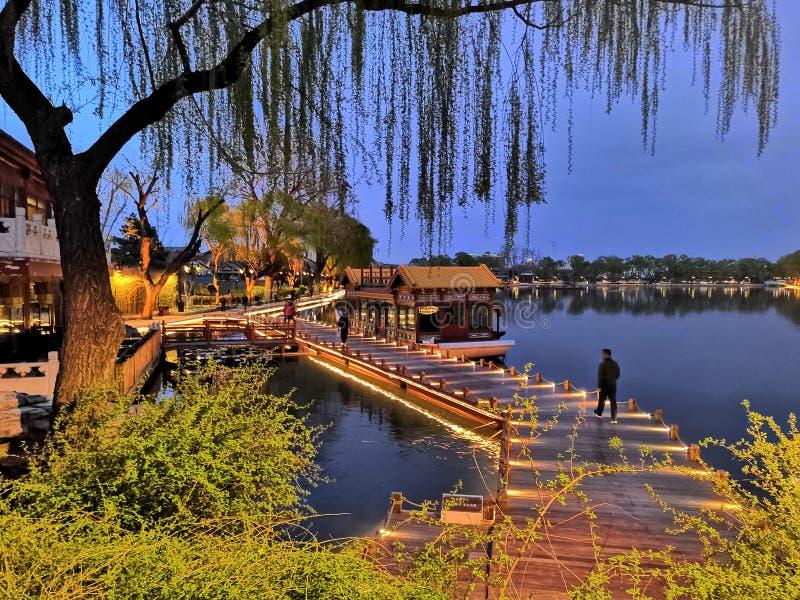 在湖的brige 免版税图库摄影