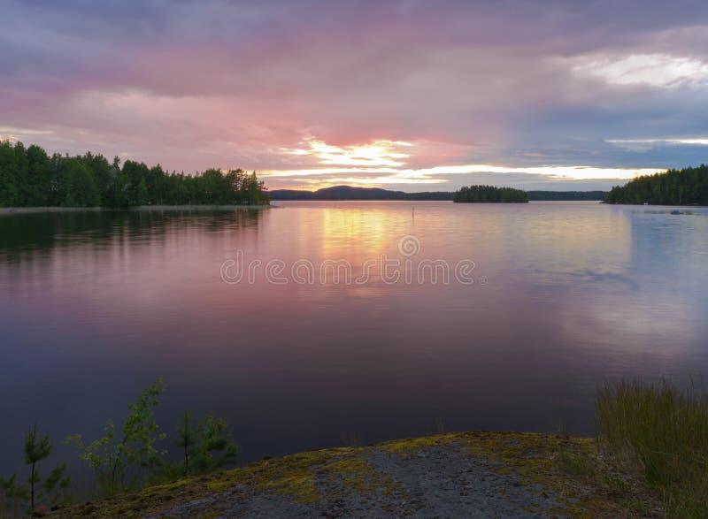 在湖的Summernight 库存照片