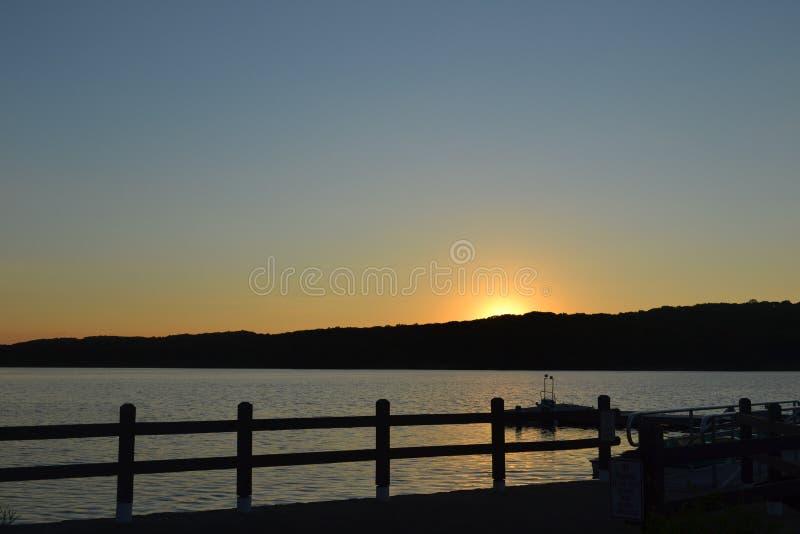 在湖的Suset 图库摄影