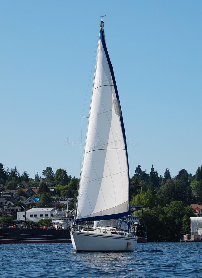 在湖联合的醒目的白色风船 免版税库存照片