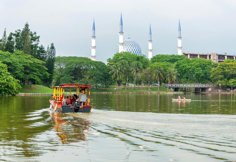 在湖莎阿南马来西亚的游览小船 免版税库存照片