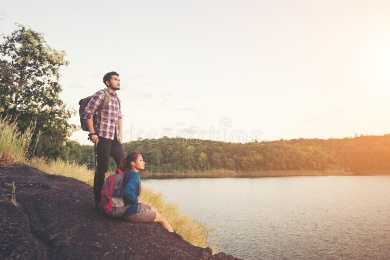 在湖视图下结合有山上面的基于在期间 库存图片