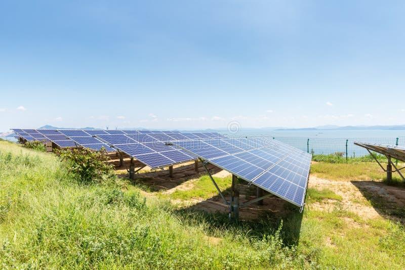 在湖边的太阳电池板 免版税库存图片