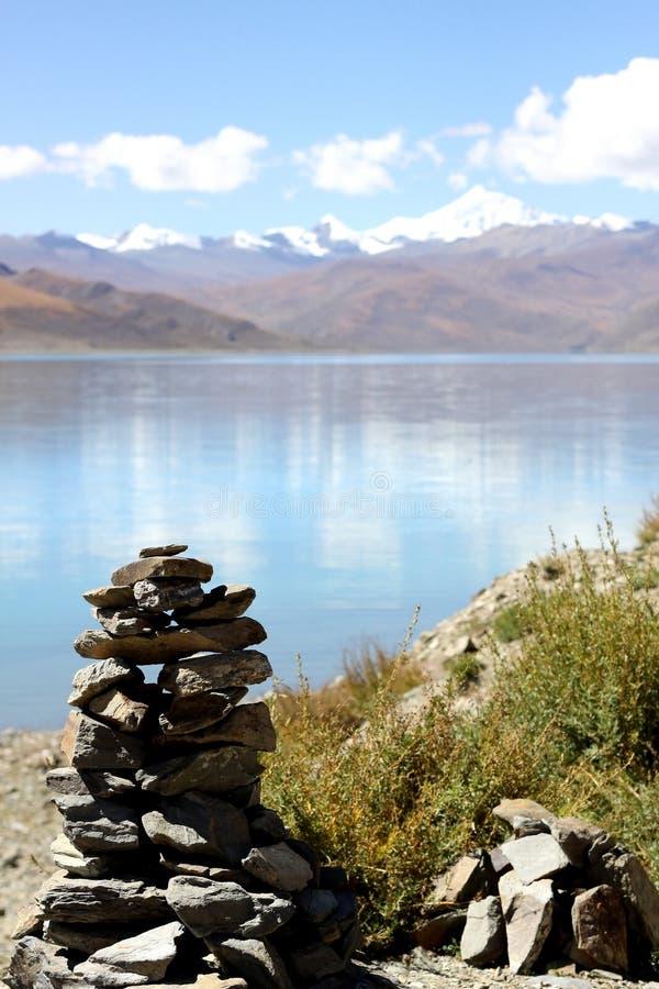 在湖边的玛尼石头 库存图片