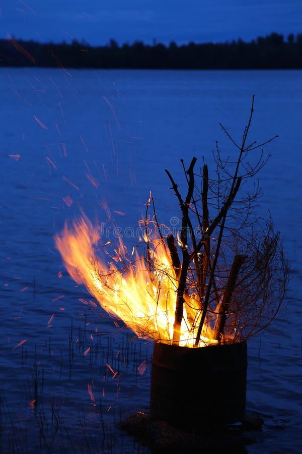 在湖边的盛夏篝火 免版税库存照片
