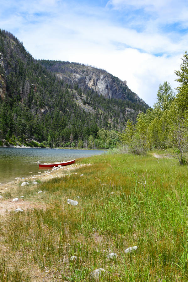 在湖边03的独木舟 免版税库存照片