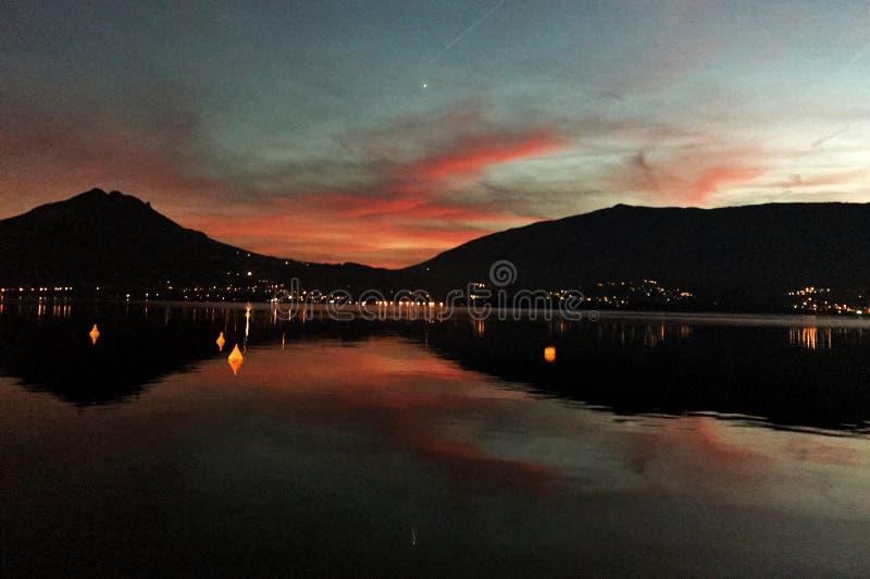 在湖阿讷西的日落 库存照片